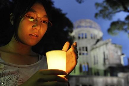 Une jeune Japonaise allume une chandelle à la... (Photo: AFP)