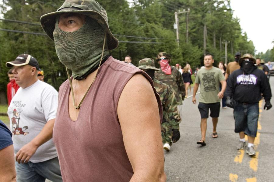 Des dizaines de Mohawks, dont certains masqués, attendaient... (Photo: David Boily, La Presse)
