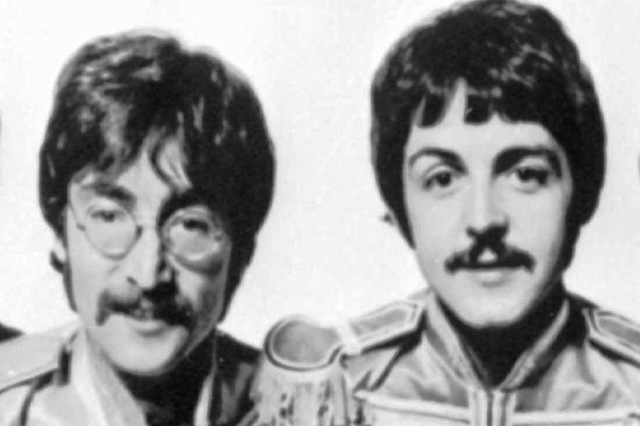 John Lennon et Paul McCartney, en 1967.... (Photo: Archives AP)