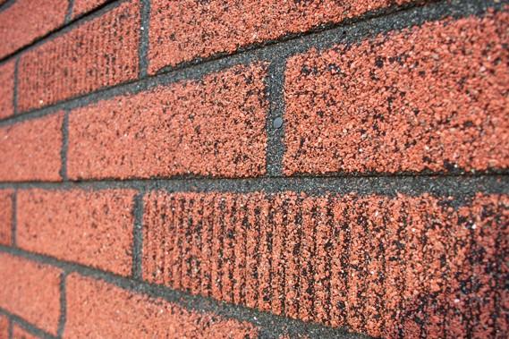 Le papier brique d 39 autrefois la fois pare air et pare vapeur gilles angers maison Revetement mural brique rouge