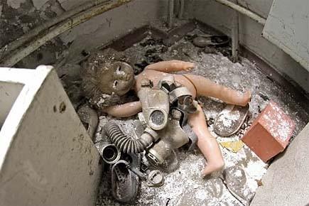 Une poupée et un masque à gaz, gisent... (Photo: Alain Roberge, archives La Presse)
