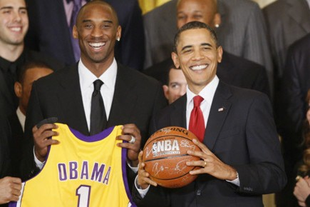 Kobe Bryant a offert un chandail des Lakers... (Archives AP)