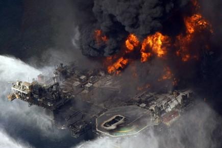 L'explosion de la plate-forme Deepwater Horizon, le 20... (Photo: AP)