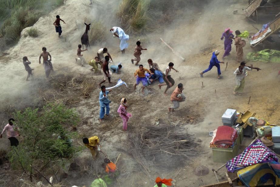 Des villageois se précipitent sur les caisses de... (Photo: AP)
