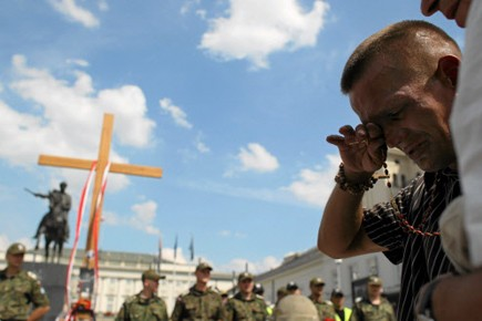 La croix en bois, installée spontanément par des... (Photo: Reuters)