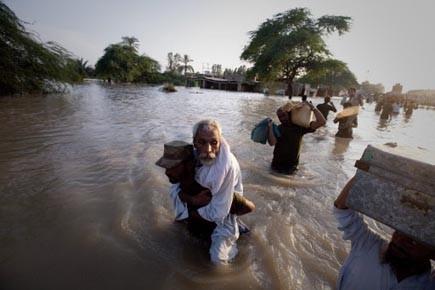 Un soldat pakistanais évacue un homme âgé durant... (Photo: Adrees Latif, Reuters)