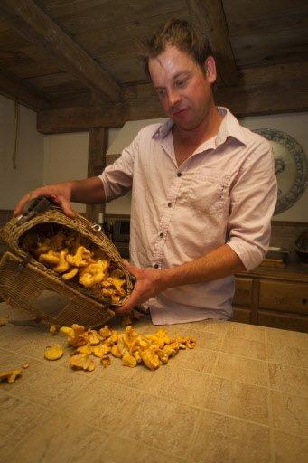 Le cuisinier Roman Stelmazuk et ses chanterelles, cueillies dans un petit bois de Dunham.   30 mars 2011