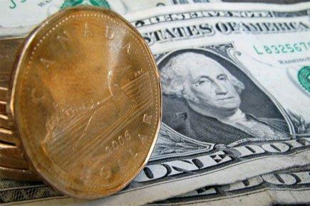 Le huard et le dollar américain.... (Photo: Paul Chiasson/PC)