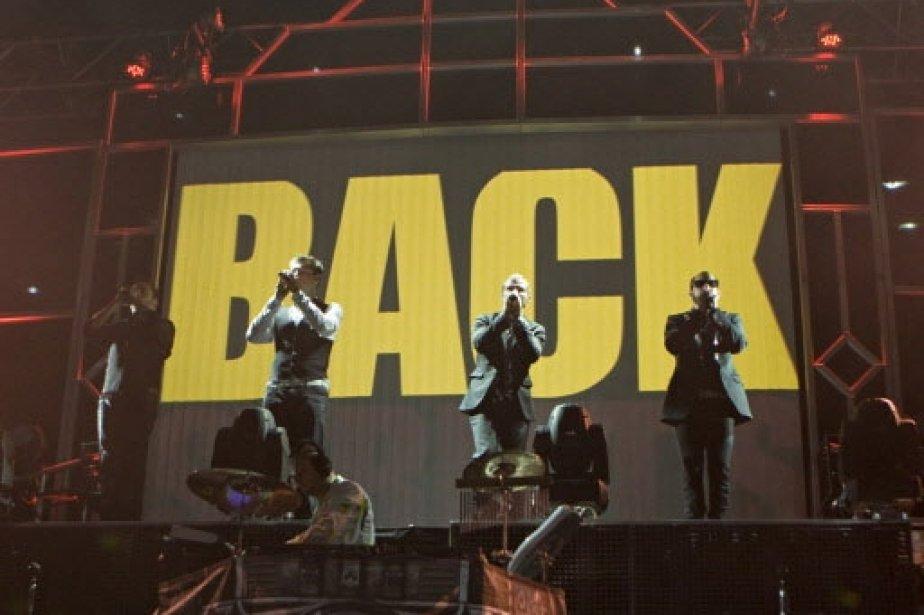 Les quatre membres du groupe lors de l'interprétation d'une de leurs chansons. | 1 mars 2011