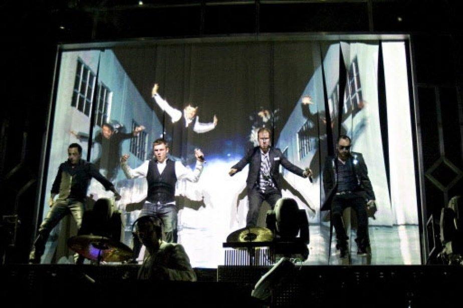 Le boys band devant leur décor. | 1 mars 2011