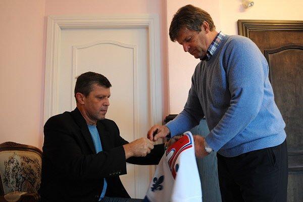 Peter et Marian Stastny signent un autographe sur... (Photo: Bernard Brault, La Presse)