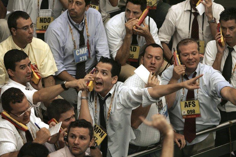 Des courtiers brésiliens sur le parquet de la... (Mauricio Lima, Agence France-Presse)