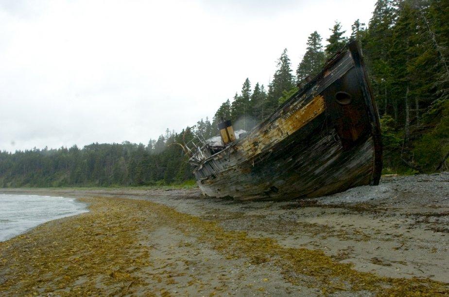 L'épave d'un bateau gisant dans une baie des côtes d'Anticosti. | 1 mars 2011