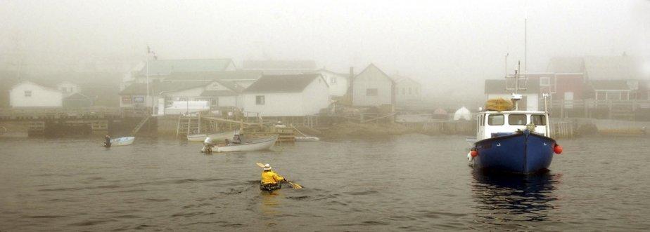 Le petit village d'Harrington Harbour est plongé dans le brouillard.... | 2011-03-01 00:00:00.000