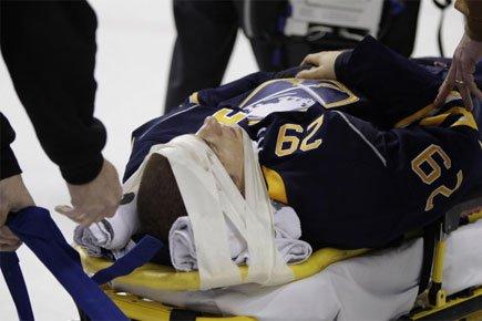Jason Pominville a été victime d'une violente mise... (Photo: AP)