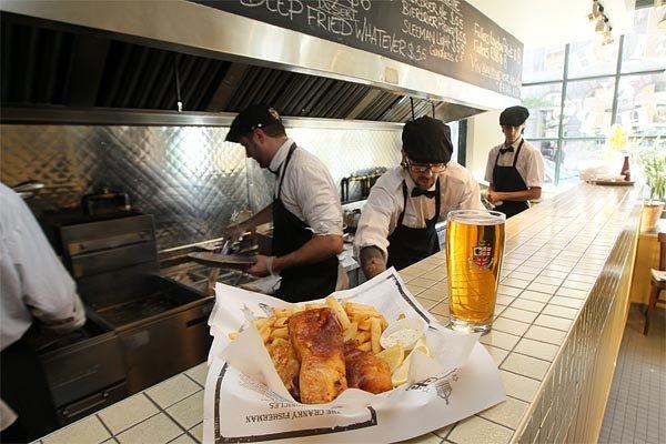 Le restaurant Brit&Chips propose le traditionnel fish'n'chips britannique... (Photo: André Pichette, La Presse)