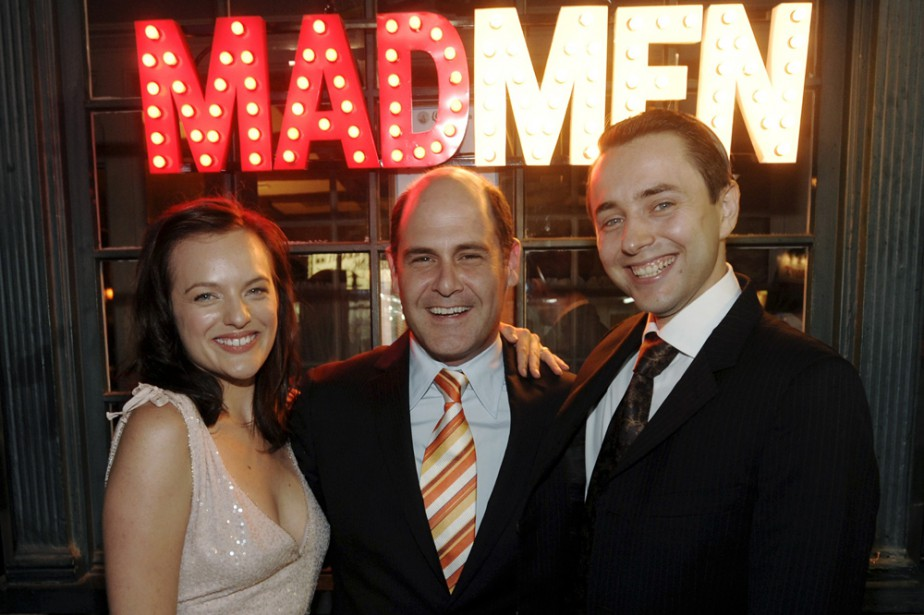 Matthew Weiner entouré de deux vedettes de Mad... (Photo: AP)