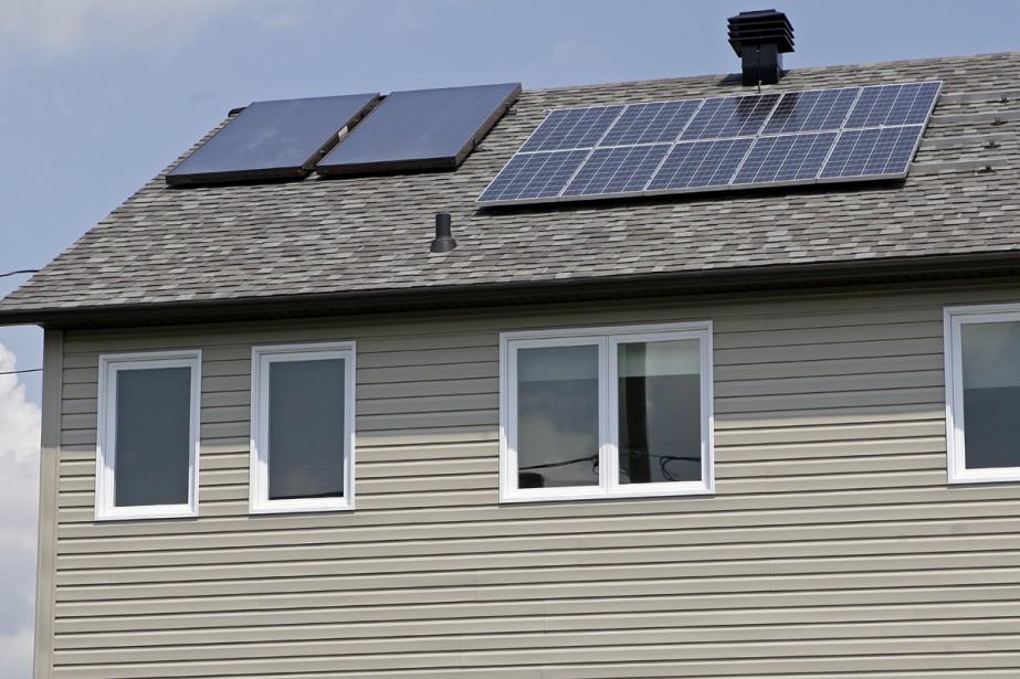 Des panneaux solaires sur le toit d'une maison.... (Photo: Robert Mailloux, archives La Presse)