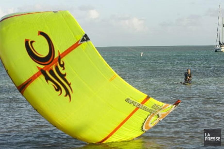 Le kitesurf, une planche de surf tractée par... (Photo: David Boily, Archives La Presse)
