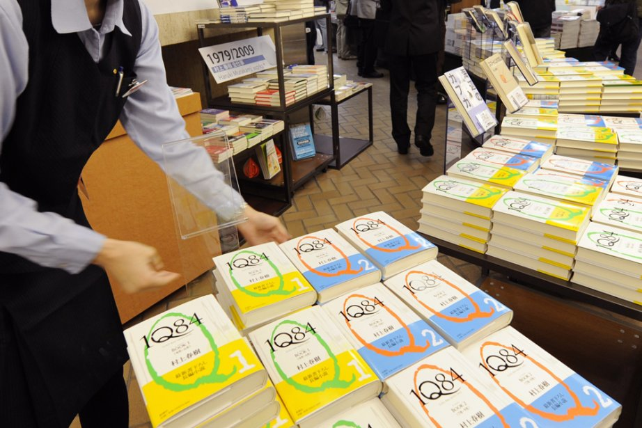 Un présentoir de romans IQ84 de l'auteur Haruki... (Photo d'archives AFP)