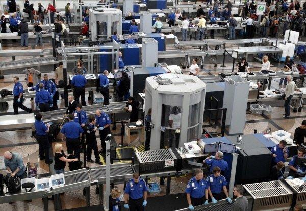 Contrôles de sécurité à l'aéroport international de Denver.... (Reuters)