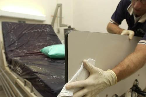 Un préposé à l'entretien désinfecte une chambre d'hôpital.... (Photo: Archives La Presse)