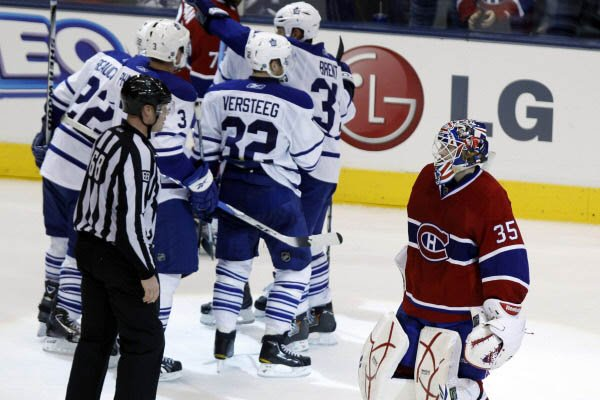 Alex Auld tandis que les Maple Leafs célèbrent... (Photo Reuters)