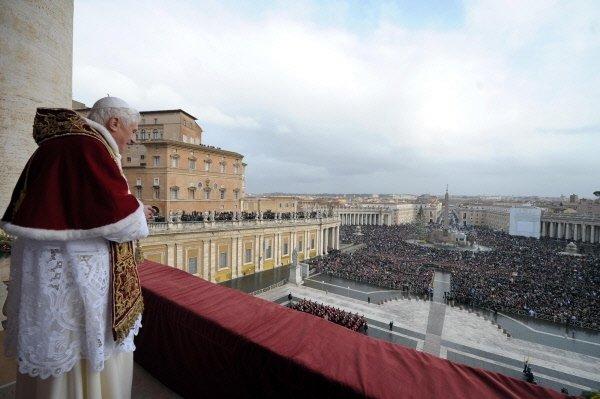 À Rome, le pape Benoit XVI délivre sa... (Archives AP)