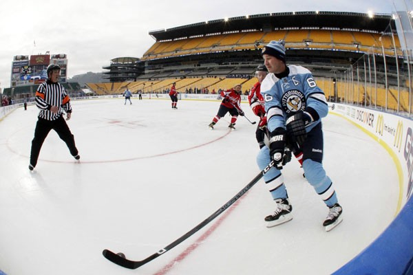 Des anciens joueurs des Capitals et des Penguins,... (PHOTO: GENE J. PUSKAR, ASSOCIATED PRESS)
