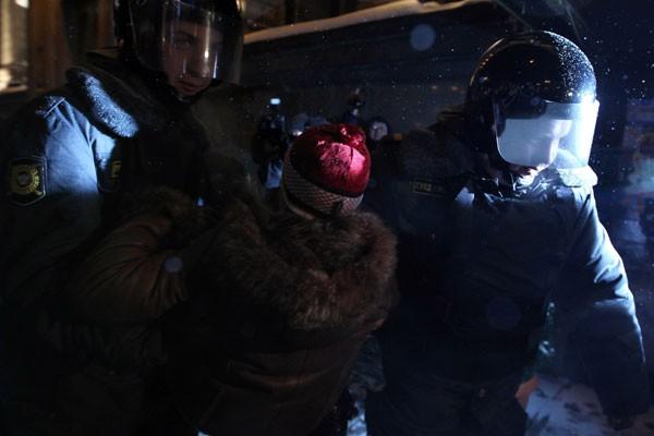 La police a fait état de 68 interpellations... (PHOTO: ALEXEY SAZONOV)