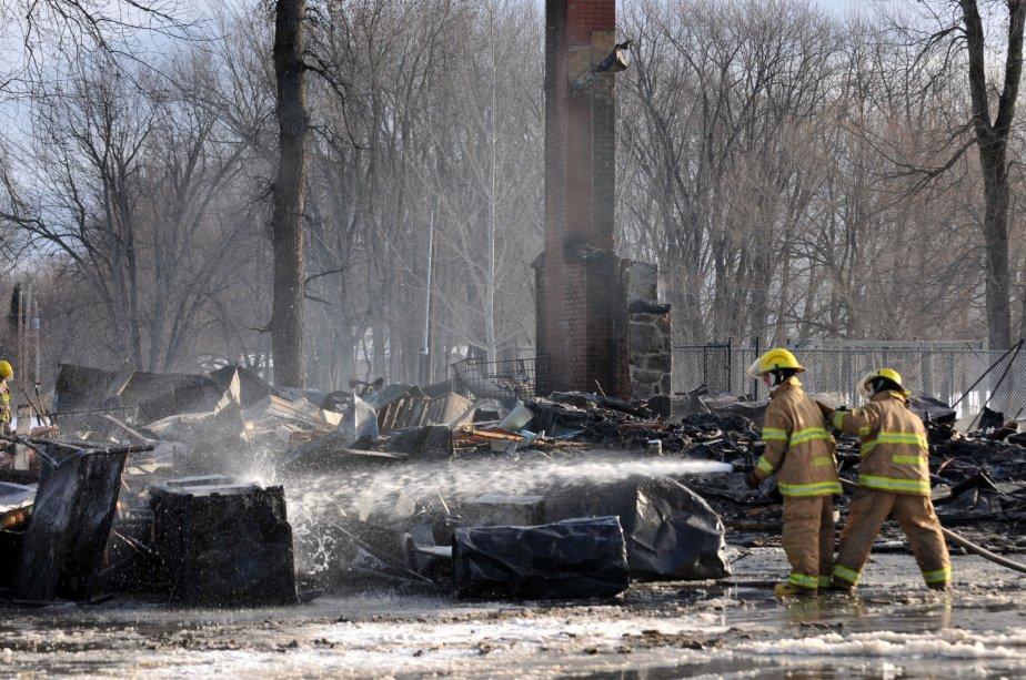 Le resto-bar de la marina le Nid d'aigle est une perte totale. Il ne reste plus que des débris et la cheminée de la bâtisse. | 30 mars 2011