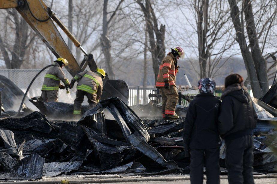 Les pompiers ont passé près de cinq heures sur place afin d'éteindre le feu et d'éviter la propagation aux bâtisses voisines. | 30 mars 2011