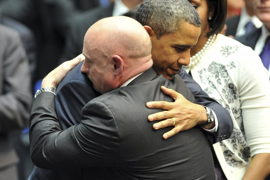 Barack Obama a réconforté l'astronaute Mark Kelly, mari... (PHOTO: JEWEL SAMAD, AFP)