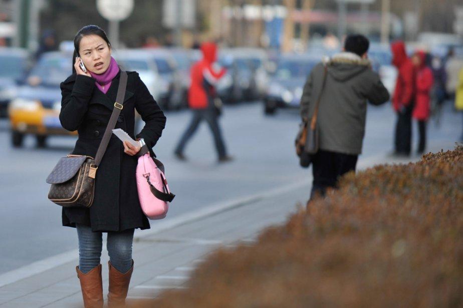 Une jeune Chinoise parle au cellulaire dans les... (Photo: Bloomberg)