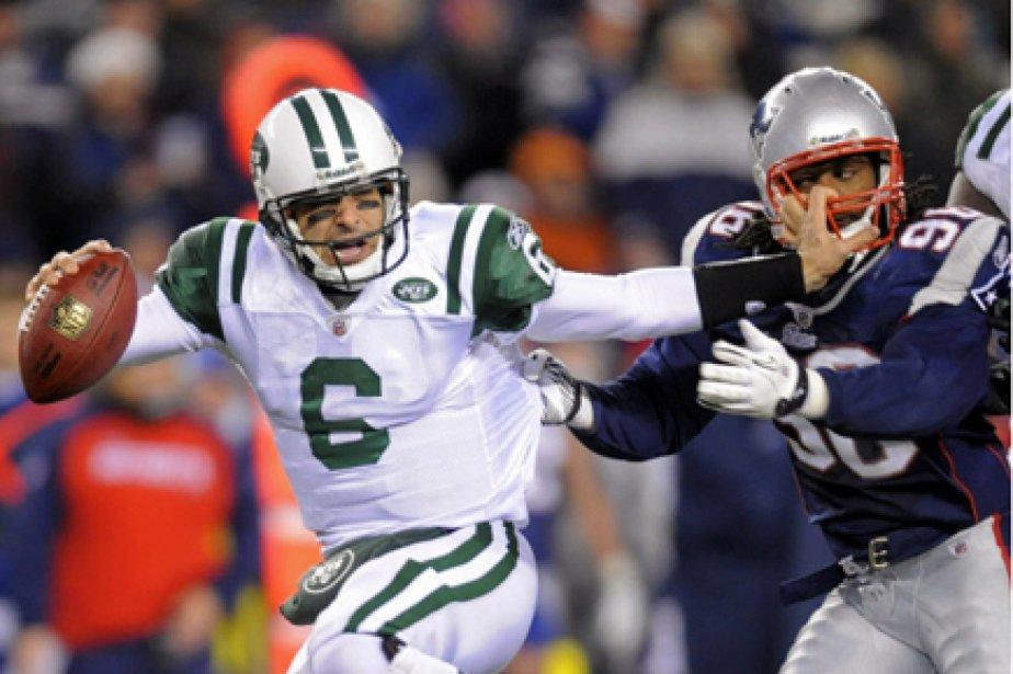 Le quart des Jets Mark Sanchez (à gauche)... (Photo: Gretchen Ertl, Archives Reuters)