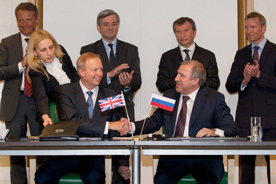 Bob Dudley de BP (à gauche) serre la... (Photo: AFP)