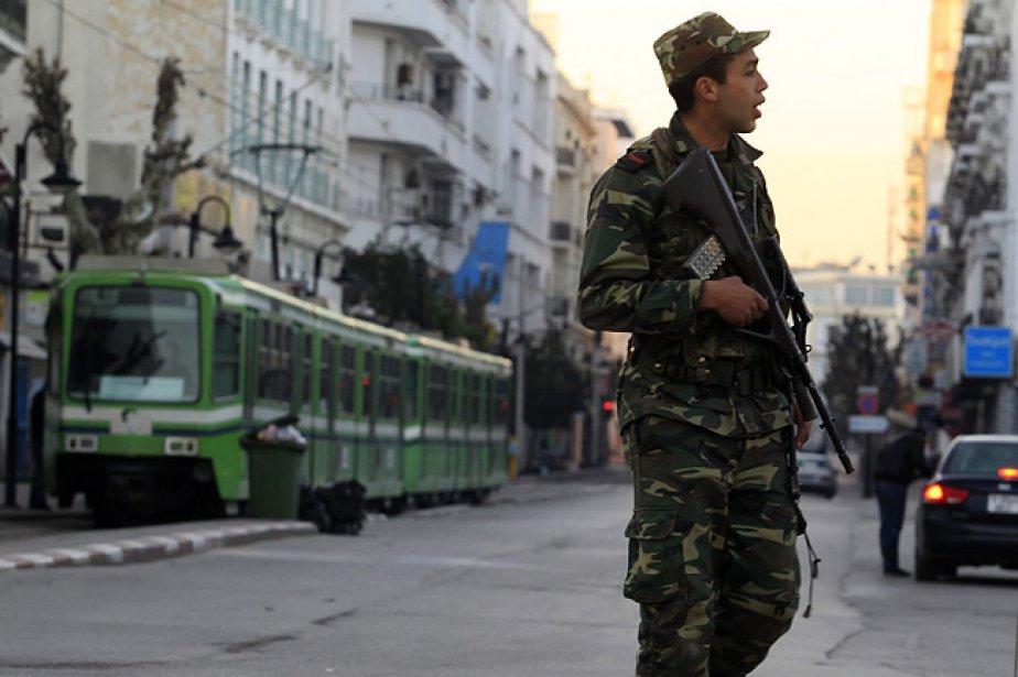 Un soldat tunisien patrouille dans le centre-ville de... (Photo: Reuters)