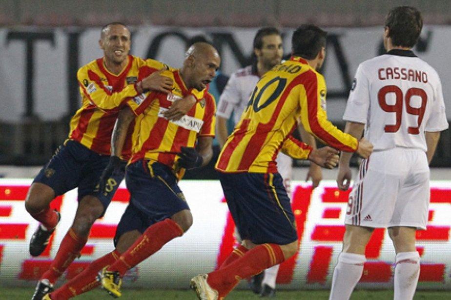 L'AC Milan, tenu en échec à Lecce (1-1) dimanche soir, est... (Photo: Reuters)