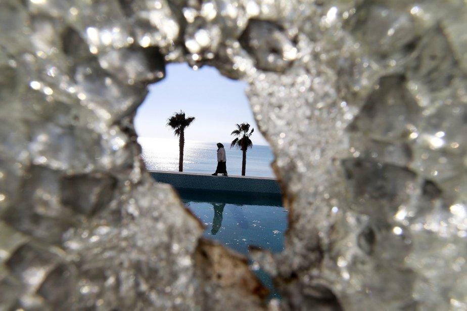 Une femme, qu'on voit à travers une vitre... (PHOTO: ZOHRA BENSEMRA, REUTERS)