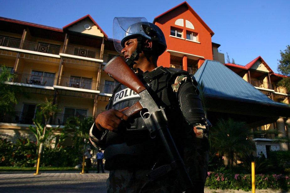Un policier des Nations unies monte la garde... (PHOTO: RAMON ESPINOSA, AP)