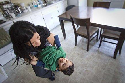 L'intervenante Nathalie Beaudoin s'amuse avec le petit Mohammed.... (Photo: Ivanoh Demers, La Presse)