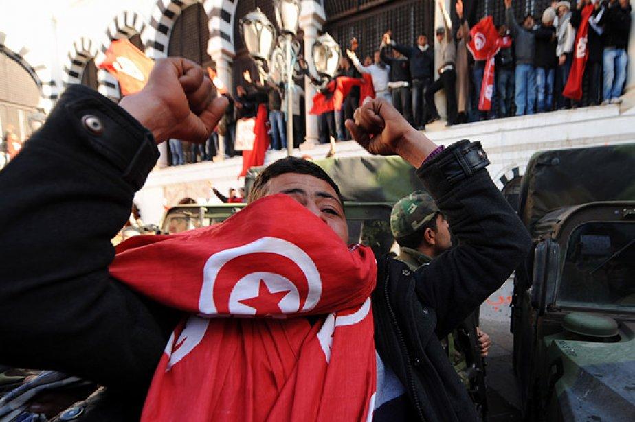 Des groupes épars de manifestants défilent  dans... (Photo: AFP)