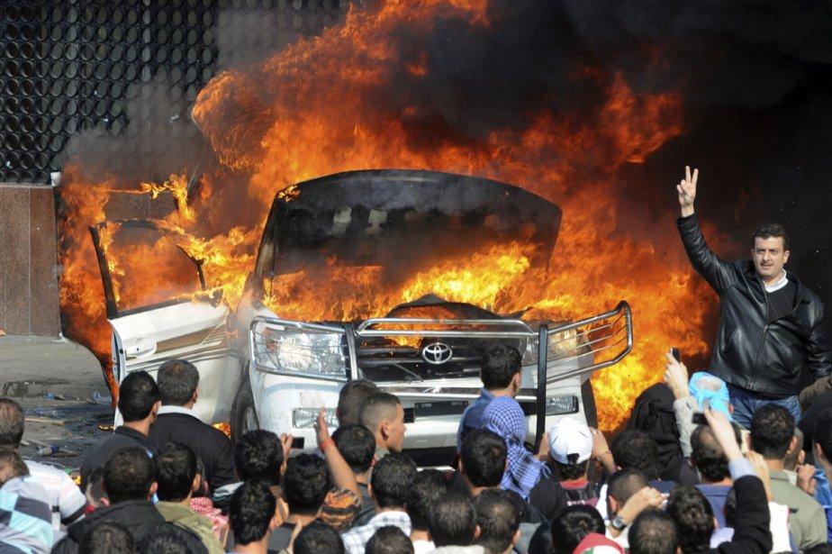 Les manifestants ont attaqué et incendié une voiture... (Photo: AFP)