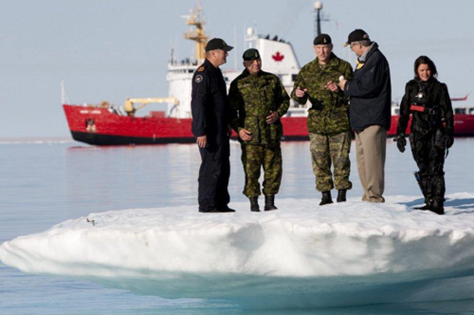 Stephen Harper, lors d'une visite en Arctique, en... (Photo: Archives PC)