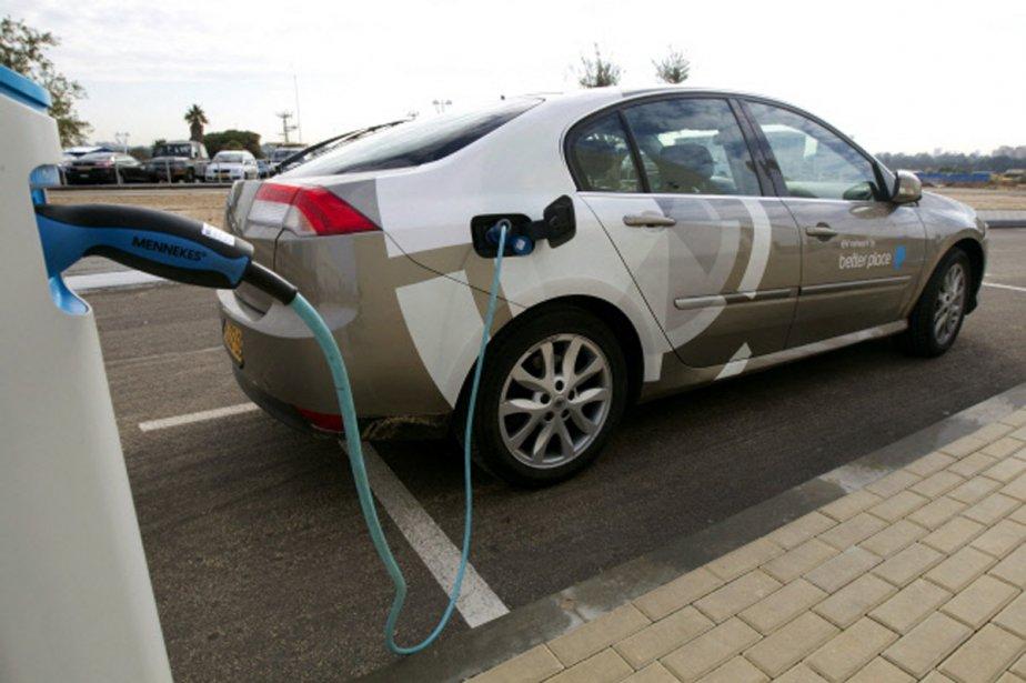Un automobiliste recharge la batterie de sa voiture... (Photo: AFP)