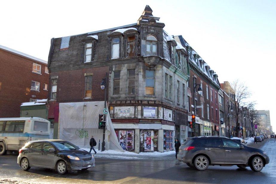 L'édifice, situé au coin nord-ouest de l'intersection, est... (Photo: Alain Roberge, La Presse)