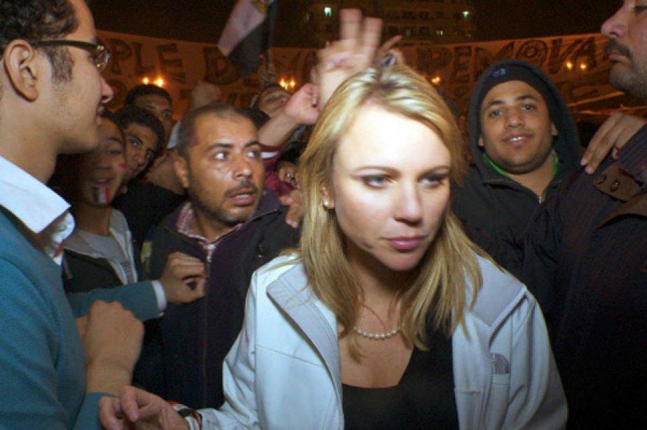 La journaliste de CBS Lara Logan couvrant, vendredi... (Photo AP)