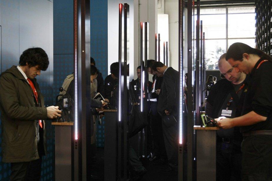 Des participants au Congrès mondial de la téléphonie... (Photo: Reuters)