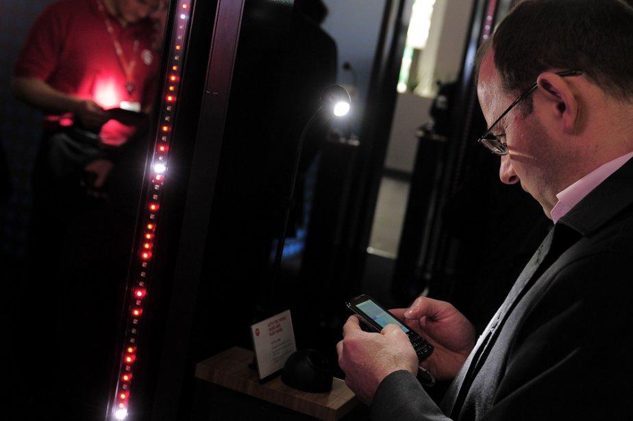 Un homme étudie un cellulaire au Congrès mondial... (Photo: AFP)