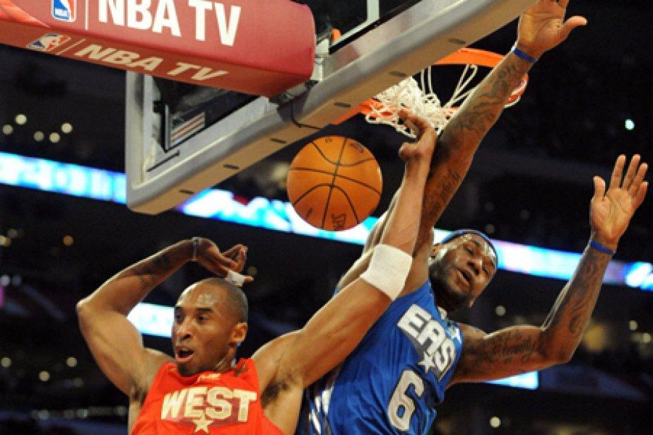 Kobe Bryant (à gauche) a inscrit 37 points... (Photo: AFP)